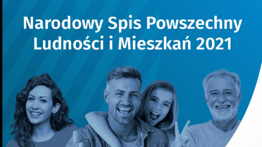 Niebieski plakat promujący spis powszechny, zdjęcia uśmiechniętej rodziny: kobieta, mężczyzna z córką oraz senior, białe napisy z informacjami zawartymi w tekście.
