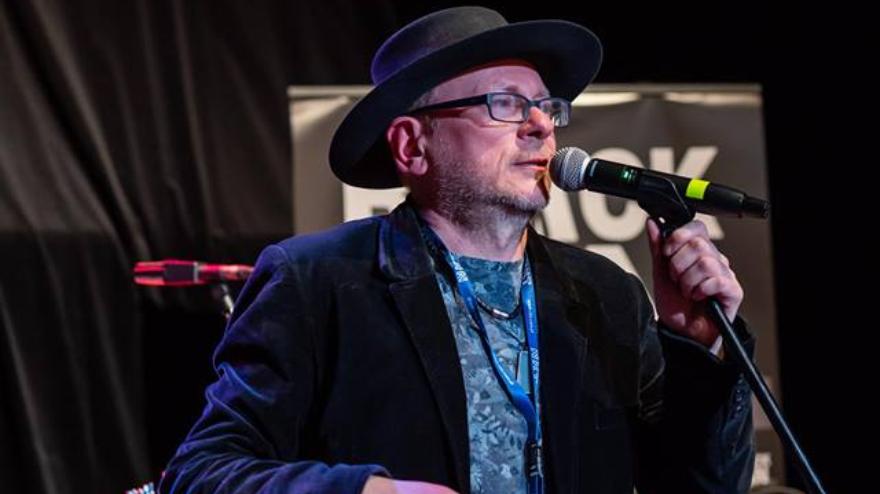 pomysłodawca festiwalu Bogdan Rumiak w czarnym kapeluszu mówi do mikrofonu